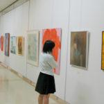 同会場で同時開催の美術部卒業生による「桐美会展」の様子