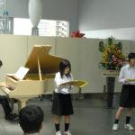会場では合唱部による発表も行われました。ピアノは同窓会より寄贈されたもので、常時展示ギャラリーに設置されています。