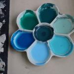 梅皿にまとめて色を作る生徒もいます