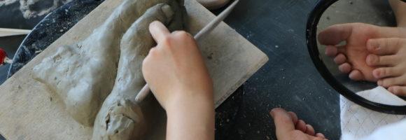 創造表現コース授業レポート(3年生 彫塑) 足の制作に入っています