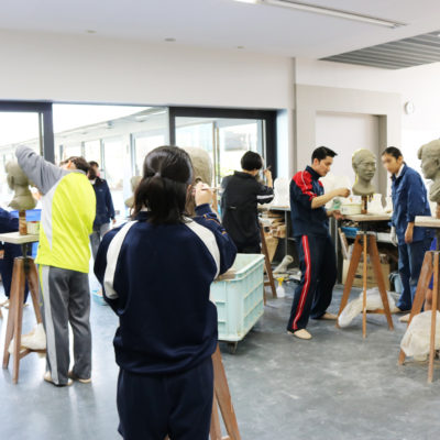 創造表現コース授業レポート(3年生 彫塑)自刻像制作は石膏取りに入っています