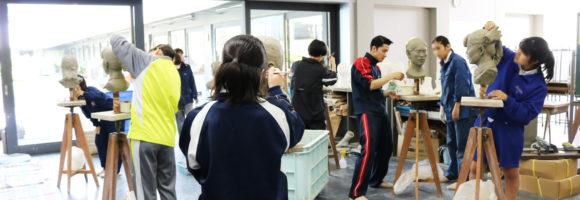 創造表現コース授業レポート(3年生 彫塑)自刻像制作は石膏取りに入っています。